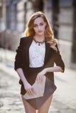 Portrait extérieur d'une jeune belle dame à la mode posant sur la rue Vêtements élégants de port modèles regard de fille Photographie stock libre de droits