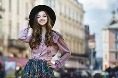 Portrait extérieur d'une jeune belle dame heureuse à la mode posant sur la rue Vêtements élégants de port modèles Fille Photos libres de droits