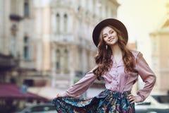 Portrait extérieur d'une jeune belle dame heureuse à la mode posant sur la rue Vêtements élégants de port modèles Fille Image stock