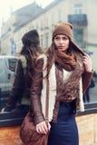 Portrait extérieur d'une jeune belle femme portant les vêtements élégants se tenant sur la rue de côté regard du modèle Image stock