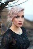 Portrait extérieur d'une jeune fille dans un style foncé Photos libres de droits