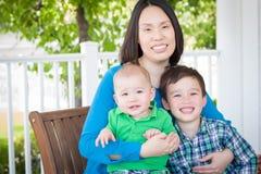 Portrait extérieur d'une mère chinoise avec son Chi de deux métis photo stock
