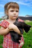 Portrait extérieur d'une petite fille mignonne avec le petit chaton, fille jouant avec le chat sur le fond naturel Photo stock