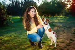 Portrait extérieur de belle fille et du terrier de Jack Russell de chien Photo stock