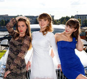 Portrait extérieur de belle jeune jeune mariée avec ses amis féminins Photo stock