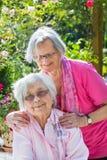 Portrait extérieur de deux amis féminins supérieurs Photos stock
