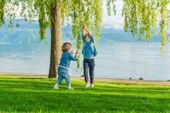 Portrait extérieur de deux enfants Photo libre de droits