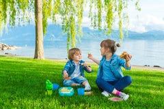 Portrait extérieur de deux enfants adorables Images libres de droits