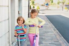 Portrait extérieur de deux enfants adorables Photographie stock