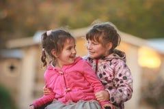 Portrait extérieur de deux jeunes enfants heureux, filles - soeurs - Photographie stock
