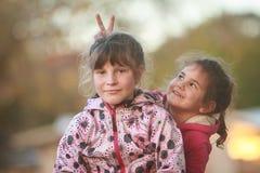 Portrait extérieur de deux jeunes enfants heureux, filles - soeurs - Image libre de droits