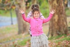 Portrait extérieur de deux jeunes enfants heureux, filles - soeurs - Photographie stock libre de droits