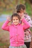 Portrait extérieur de deux jeunes enfants heureux, filles - soeurs - Photos libres de droits