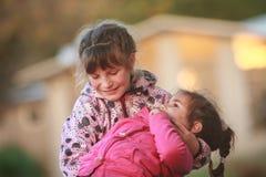 Portrait extérieur de deux jeunes enfants heureux, filles - soeurs - Images stock