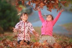 Portrait extérieur de deux jeunes enfants heureux, filles - soeurs - Photo libre de droits