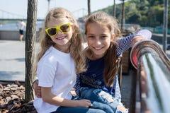 Portrait extérieur de deux petites filles de sourire heureuses Image stock