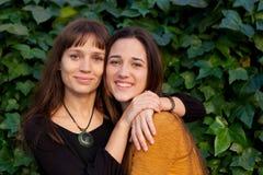 Portrait extérieur de deux soeurs heureuses en parc Photos libres de droits