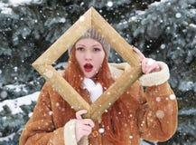 Portrait extérieur de femme dans le cadre en bois de photo à la saison d'hiver Temps de Milou en parc d'arbre de sapin Image libre de droits