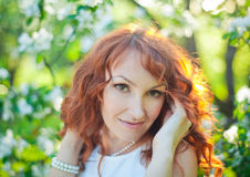 Portrait extérieur de fille de mode de ressort dans la floraison images libres de droits