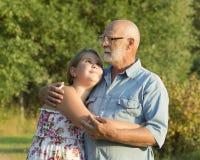 Portrait extérieur de grand-père avec la petite-fille Photographie stock libre de droits