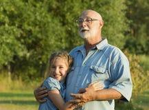 Portrait extérieur de grand-père avec la petite-fille Images stock