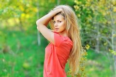 Portrait extérieur de jeune belle femme avec les cheveux chics Photos libres de droits