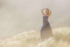 Portrait extérieur de jeune belle femme dans la robe bleue posant dessus photo libre de droits