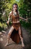Portrait extérieur de jeune docteur de sorcière de shamaness dans le sortilège agressif de chaman de forêt se préparant à la bata photo stock