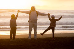 Portrait extérieur de jeune famille de sourire heureuse sur le natura extérieur images libres de droits