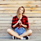 Portrait extérieur de jeune femme élégante Photos libres de droits