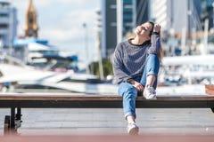 Portrait extérieur de jeune fille de l'adolescence de sourire heureuse sur le dos de marine photo libre de droits
