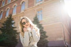 Portrait extérieur de jeune joli jour ensoleillé de femme au printemps sur la rue Images stock