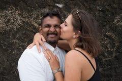 Portrait extérieur de jeunes couples de baiser romantiques en plage sablonneuse Images libres de droits