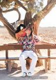 Portrait extérieur de jeunes couples Belle jolie fille embrassant le garçon beau Photo sensuelle Photos stock