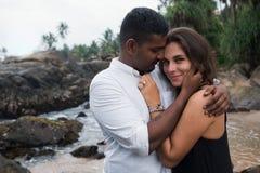 Portrait extérieur de jeunes couples romantiques en plage sablonneuse Photo libre de droits