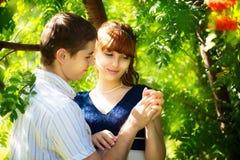 Portrait extérieur de jeunes couples sensuels Amour et baiser Été Photo libre de droits