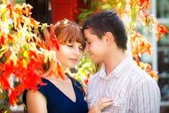 Portrait extérieur de jeunes couples sensuels Amour et baiser Été Image stock