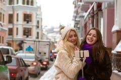 Portrait extérieur de jolis amis de sourire de femmes faisant le selfie a Photos libres de droits