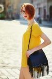 Portrait extérieur de la jeune belle dame à la mode marchant sur la rue Vêtements élégants de port modèles d'été Fille Photos libres de droits