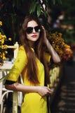 Portrait extérieur de la jeune belle dame à la mode posant sur la rue Lunettes de soleil de port modèles et jaune élégant Images libres de droits