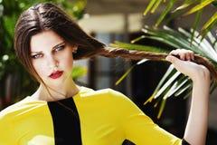 Portrait extérieur de la jeune belle dame à la mode posant sur la rue Robe jaune élégante de port modèle d'été Images libres de droits