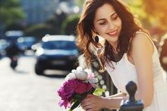 Portrait extérieur de la jeune belle dame de sourire heureuse posant sur la rue Vêtements blancs élégants de port modèles et Photos libres de droits