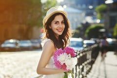 Portrait extérieur de la jeune belle dame de sourire heureuse posant sur la rue Vêtements blancs élégants de port modèles et Images stock