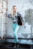 Portrait extérieur de la jeune belle dame européenne blonde heureuse posant sur la rue Vêtements élégants de port modèles Mode fe Image stock