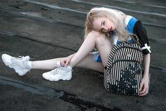 Portrait extérieur de la jeune belle dame européenne blonde heureuse posant sur la rue Vêtements élégants de port modèles Mode fe Photographie stock libre de droits