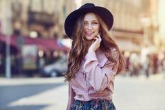 Portrait extérieur de la jeune belle dame heureuse à la mode posant sur la rue Chapeau à large bord élégant de port modèle Photos stock