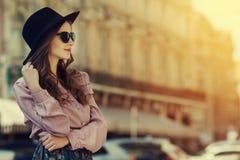 Portrait extérieur de la jeune dame heureuse posant sur la rue Vêtements élégants de port modèles Fille regardant de côté Jour en Photographie stock