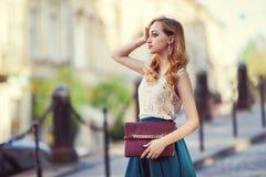 Portrait extérieur de la pose de marche de jeune belle dame à la mode sur la rue Vêtements élégants de port modèles Fille Images stock