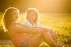 Portrait extérieur de mère et de fille adolescente Images stock