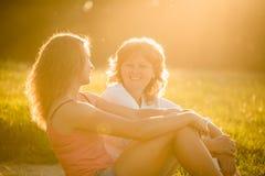 Portrait extérieur de mère et de fille adolescente Photographie stock
